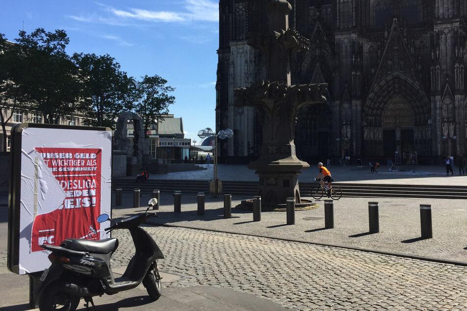 Ein Plakat gegen die Bundesliga-Spiele hing am Kölner Dom.
