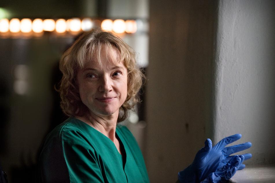 Dr. Marlene Seefeldt (Claudia Geisler-Bading, 55), die Gerichtsmedizinerin mit NOCH klarem Blick - sie ist sterbenskrank.