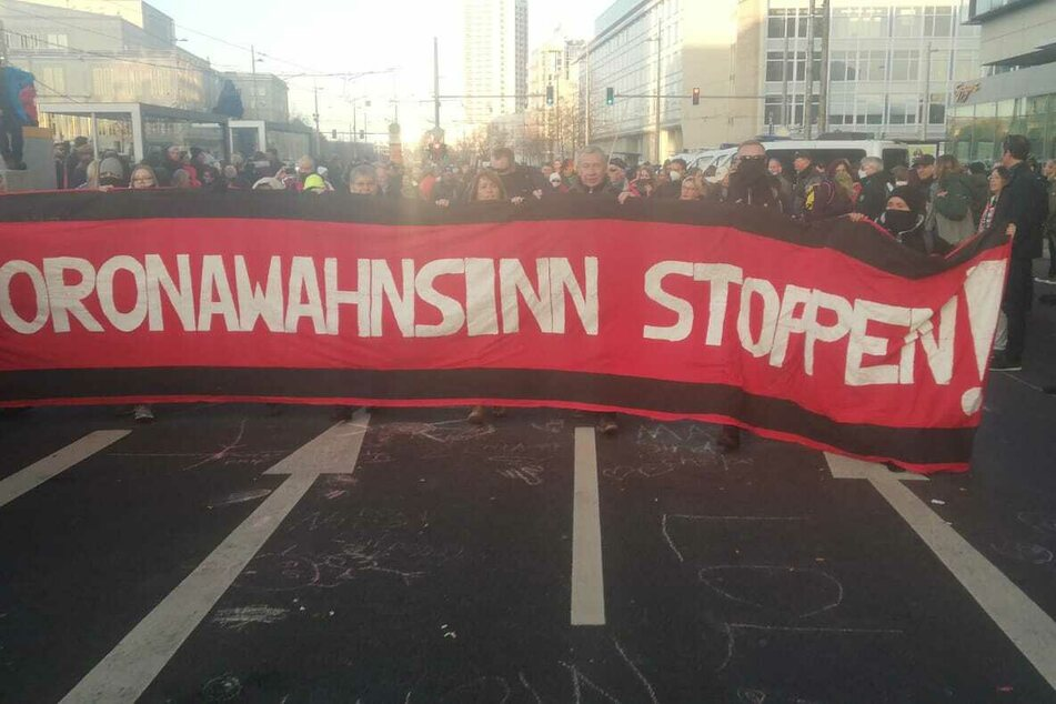 Einige Demonstranten wollen in Richtung des Wilhelm-Leuschner-Platzes ziehen. Die Polizei zwang sie zum Umdrehen.