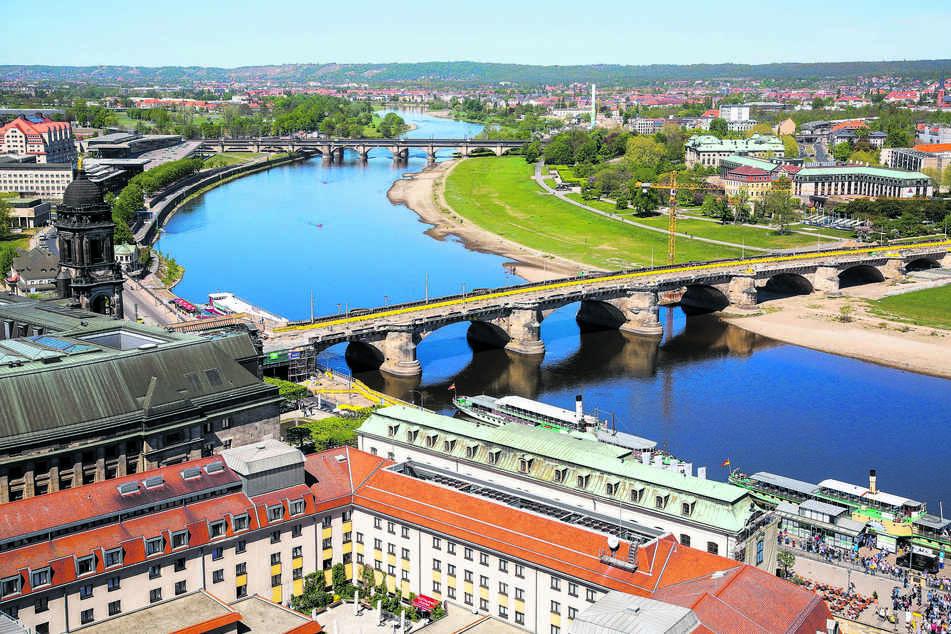 Einen knappen Kilometer waren die Teenager (15,17) zwischen der Augustus- und der Marienbrücke in der Elbe getrieben.