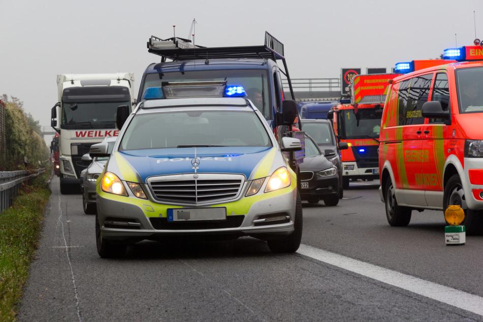 Unfall A46: Auto überschlägt sich mehrfach auf der A46: Fahrer (41) in Lebensgefahr!