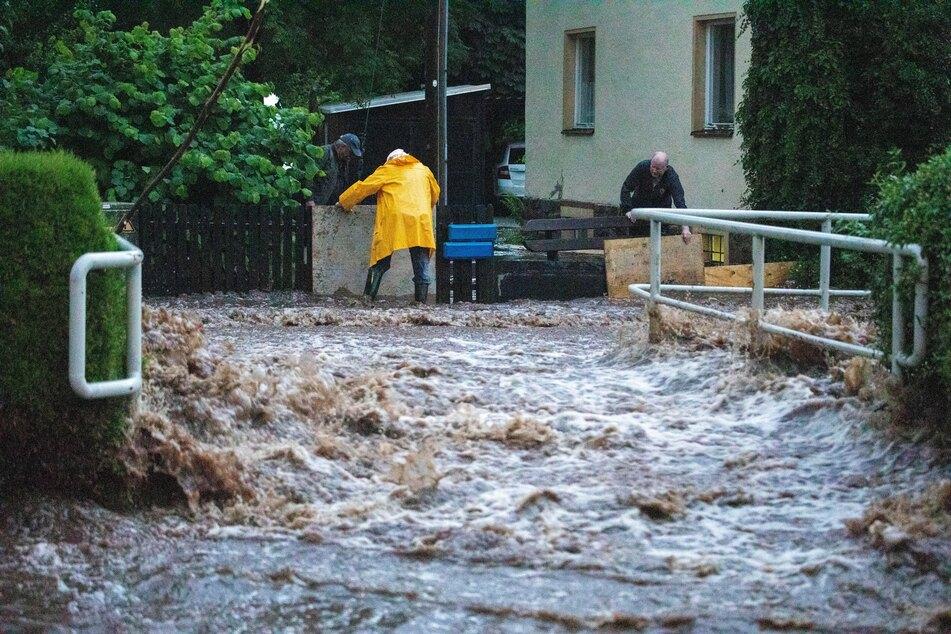 Überschwemmungen bei Unwetter in Sachsen: Sturzflut reißt Mann mit!