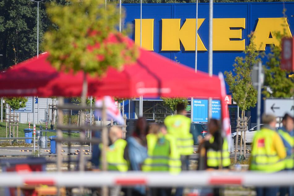Für Dienstag rief ver.di in Sachsen, Sachsen-Anhalt und Thüringen unter anderem Beschäftigte von IKEA-Möbelhäusern in Dresden, Erfurt und Magdeburg zum Warnstreik auf.
