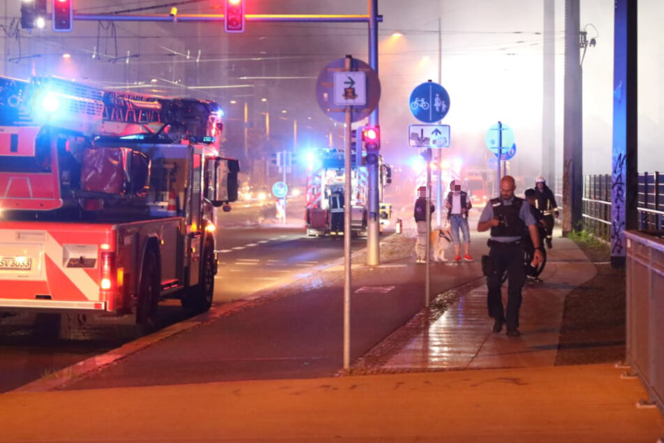 Die Polizei vermutet, dass Unrat in Brand geraten war.