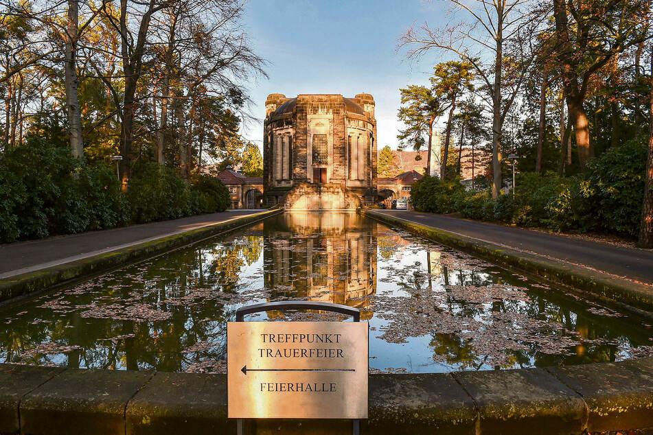 Im Krematorium Tolkewitz im Dresdner Osten stapeln sich die Särge: Immer mehr Tote werden aufgrund der Corona-Lage gebracht.