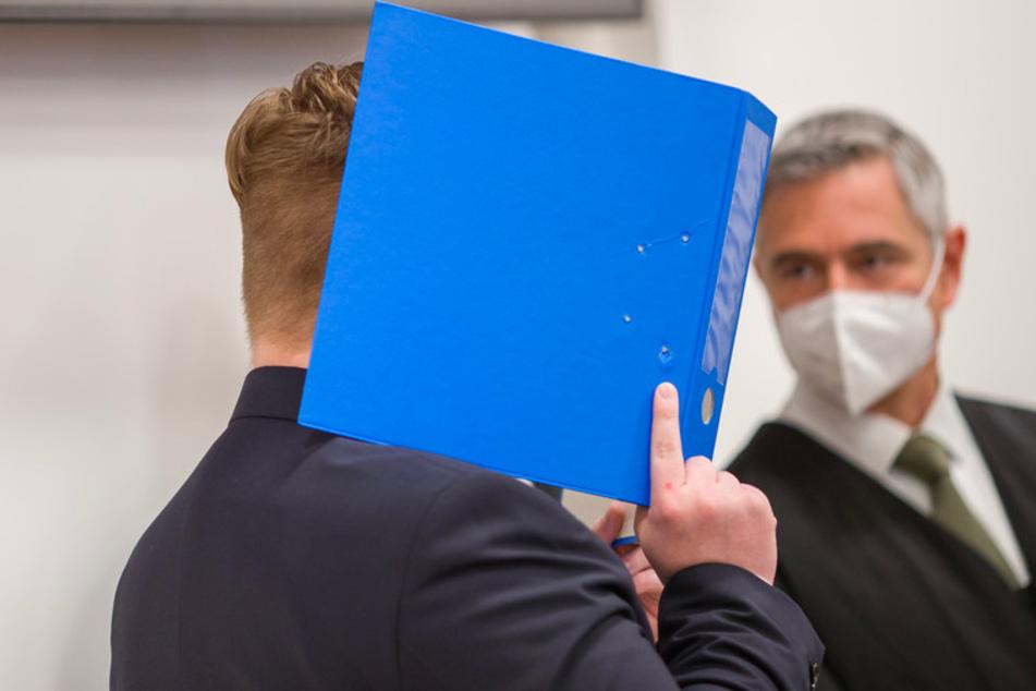 Der Angeklagte (l.) mi seinem Anwalt im Sitzungssaal im Strafjustizzentrum des Landgerichts Nürnberg-Fürth.