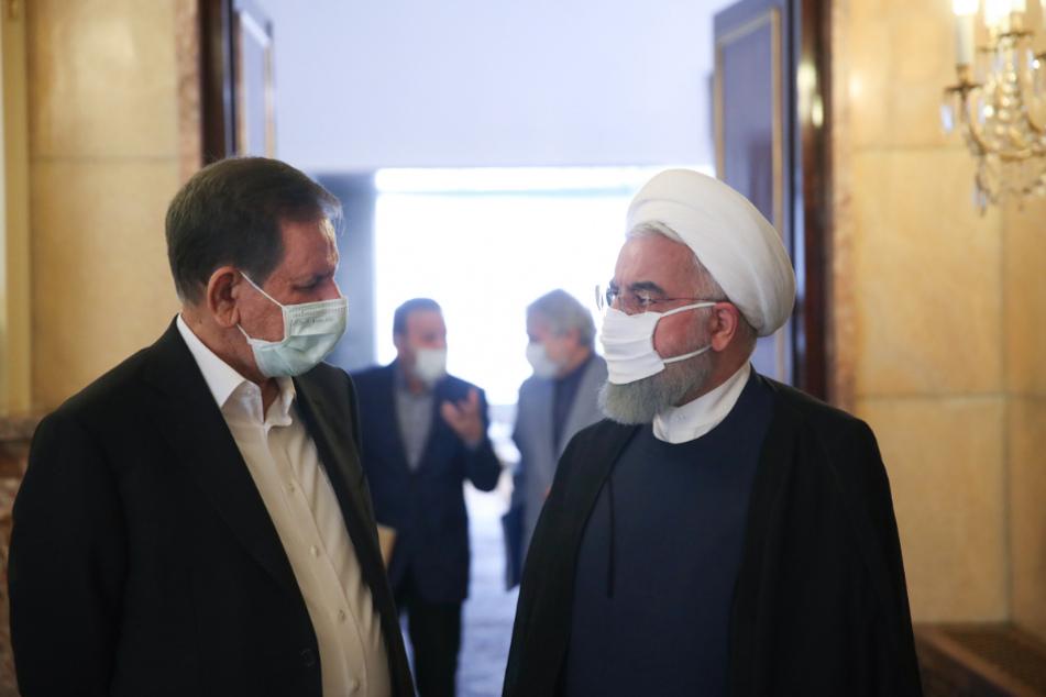 Teheran: Hassan Ruhani (r), Präsident des Iran, spricht mit Eshagh Dschahangiri, Vizepräsident des Iran, nach einem Wirtschaftstreffen der Regierung.