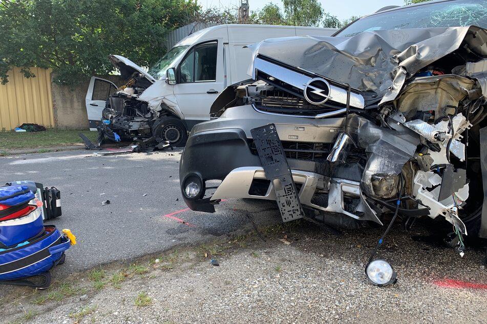 Die zerstörten Frontbereiche der Fahrzeuge zeugen von der Wucht des Aufpralls.