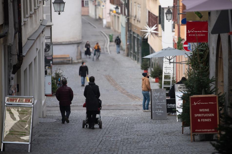 Nur wenige Menschen gehen durch eine Gasse in der Tübinger Innenstadt.