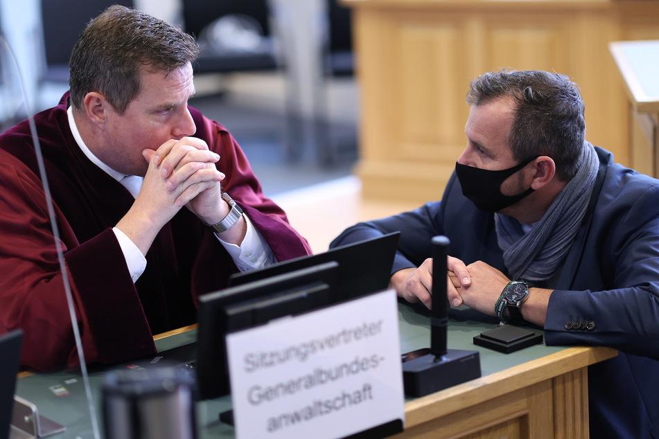 Bundesanwalt Stefan Schmidt (l.) unterhält sich mit Thomas Rutkowski, Pflichtverteidiger des angeklagten Stephan Balliet.