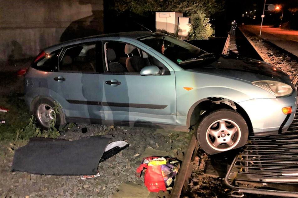 Der 34-Jährige hatte sein Auto so unglücklich im Gleisbett festgefahren, dass er und sein Mitfahrer es nicht mehr daraus befreien konnten.