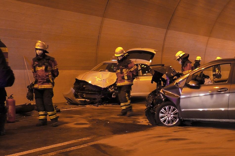 Schlimmer Crash auf der B25: Frau wird ohnmächtig und fährt frontal in den Gegenverkehr