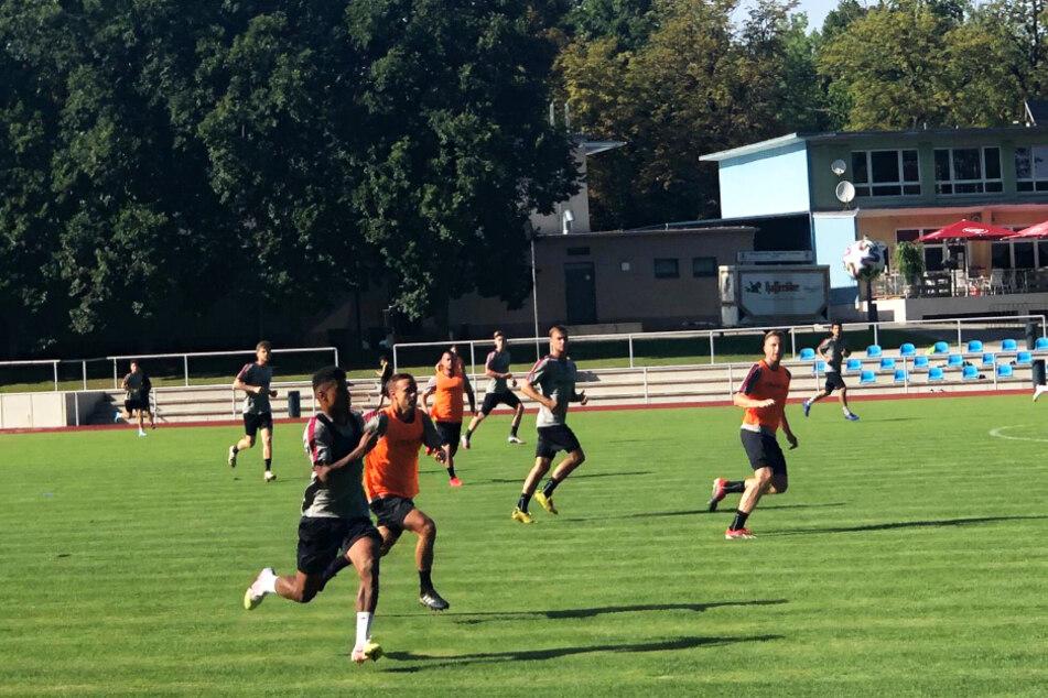 Markus Kauczinski sorgt für anspruchsvolles und intensives Training verschiedener Spielformen.