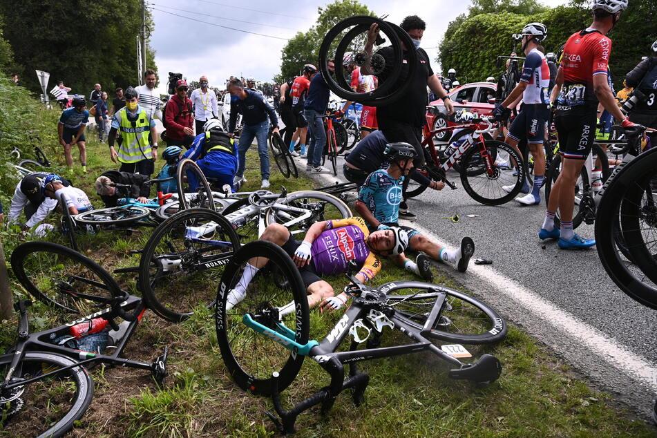Nach der Karambolage mit dem Pappschild einer Zuschauerin kam es zu einem Massensturz bei der Tour de France am 26. Juni.