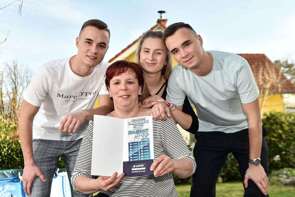 Antje Tix (44) mit ihren Drillingen Johannes (re.), Sarah und Sebastian (alle 18, li.).