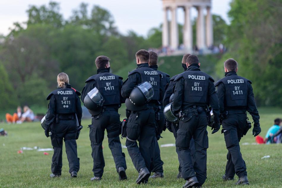Polizisten kontrollieren in den späten Abendstunden im Englischen Garten.