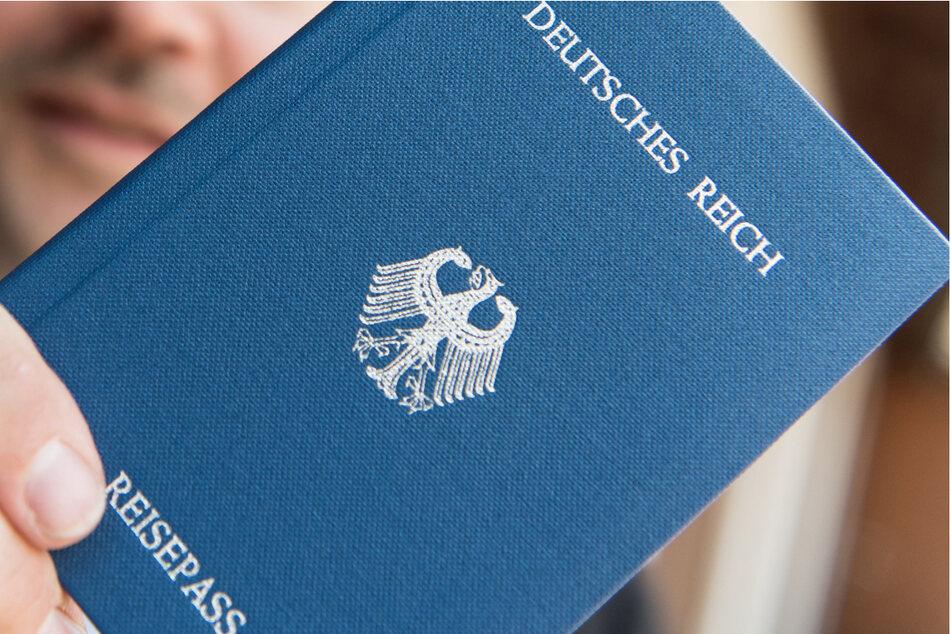 Der Verdächtige soll der Reichsbürgerszene angehören. Gegen ihn werde nun ermittelt. (Symbolbild)