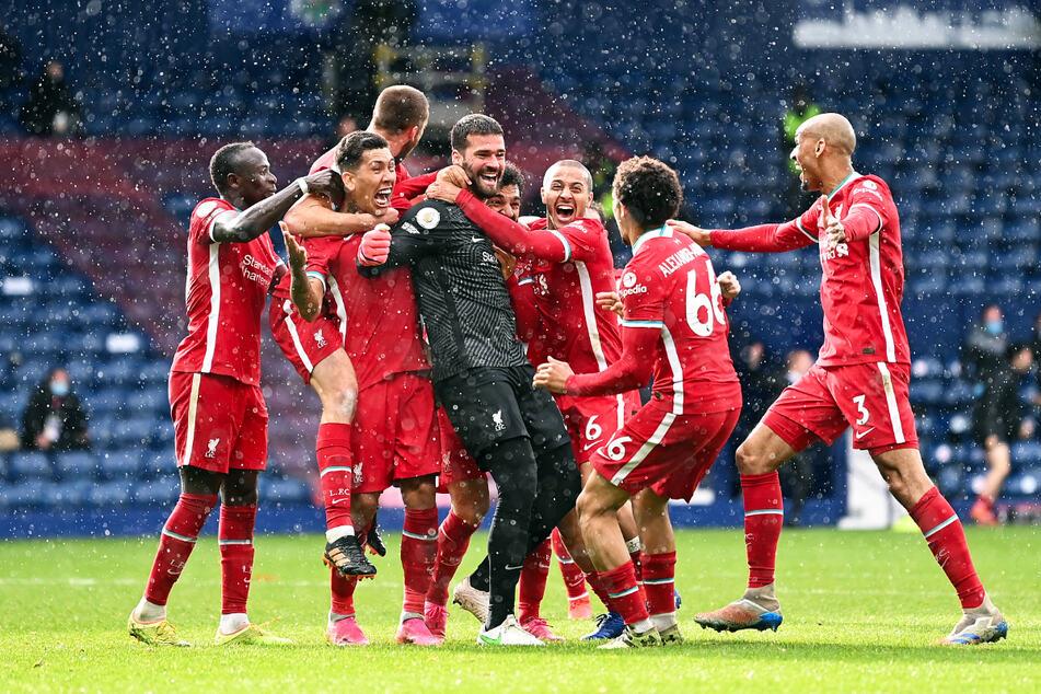 Keeper Alisson Becker (4.v.l.) sorgte mit seinem Tor für einen ganz wichtigen Auswärtsdreier des FC Liverpool.