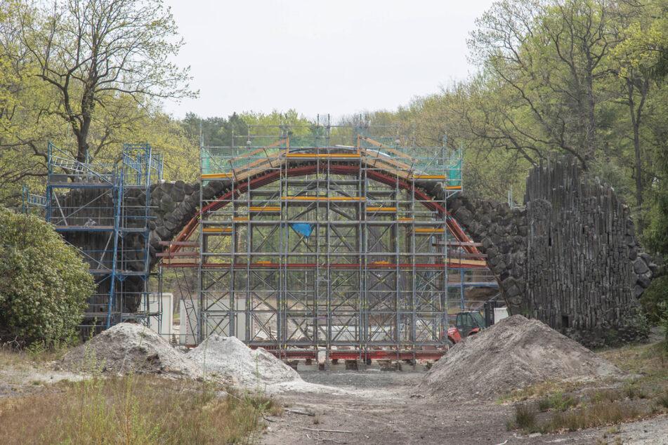 Während die Basalt-Grotte des Rakotz-Ensembles am Freitag eingeweiht werden soll, dauert die Sanierung der Brücke weiter an.