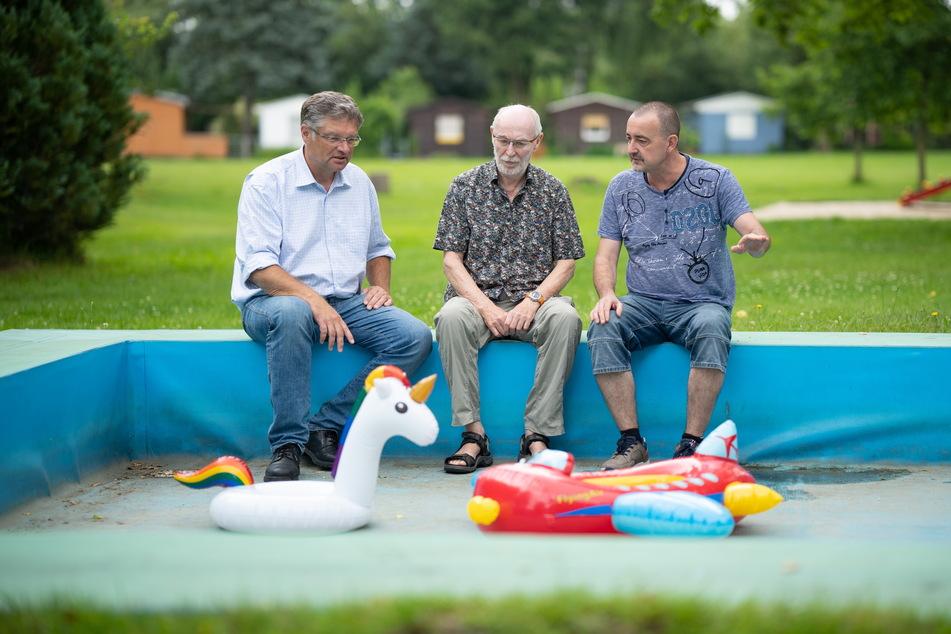 FDP-Stadtrat Holger Zastrow (52, v.l.n.r.) spricht vor Ort mit den Pächtern Steffen Nitzsche und Uwe Danusch.