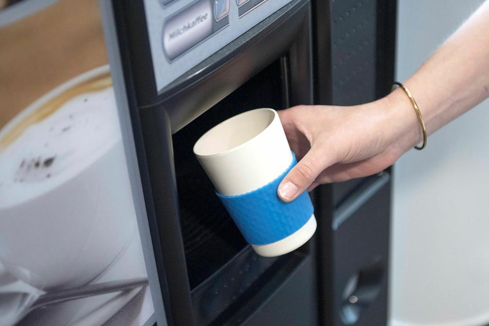 Für den heißen Kaffee sind Bambusbecher ungeeignet, da sie bei Hitze Formaldehyd freisetzen können.