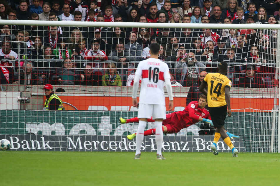 Moussa Koné (r.) versenkt den einzigen Elfmeter, den Dynamo in der Saison zugesprochen bekam, schickt Stuttgarts Keeper Gregor Kobel in die falsche Ecke.