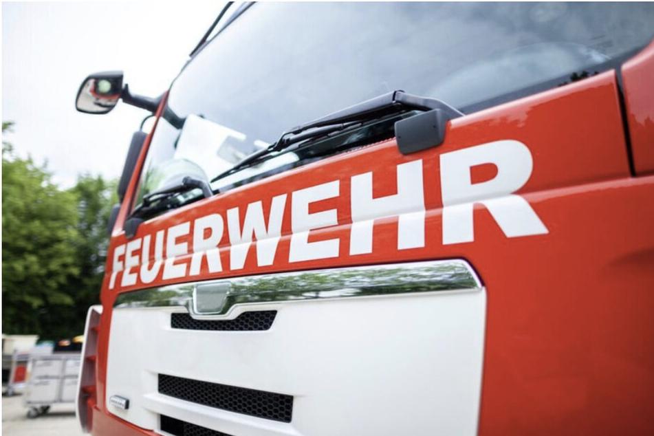 Kameraden der Feuerwehr machten eine grausige Entdeckung in einer Gartenlaube im Harz: In der Brandruine fanden sie eine Leiche. (Symbolbild)