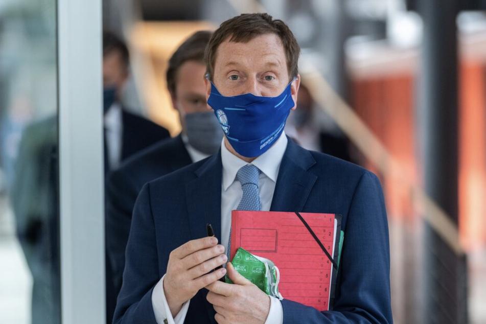 Michael Kretschmer (CDU), Ministerpräsident von Sachsen, trägt einen Mundschutz.