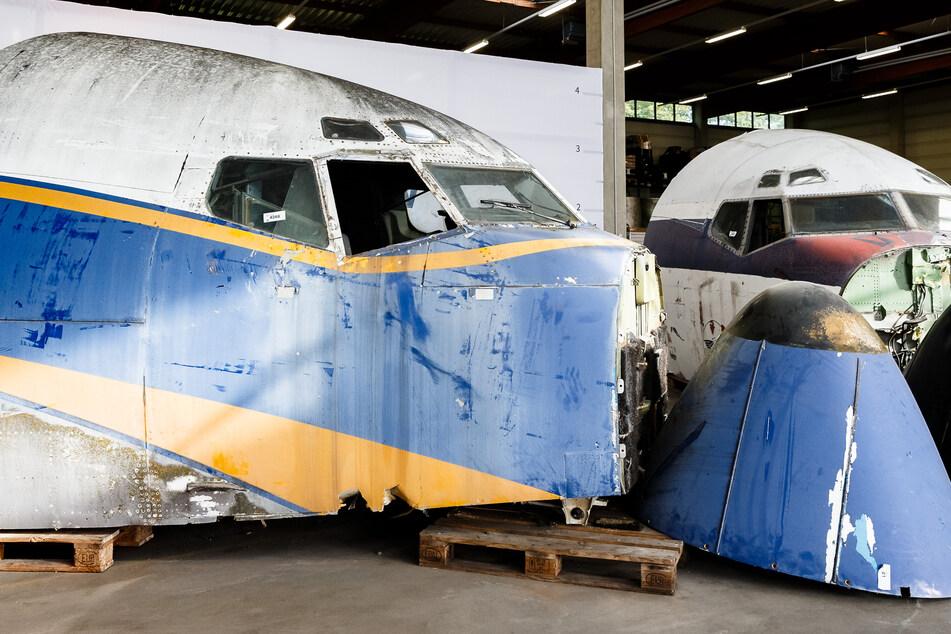 Die Cockpits der beiden Boeing 707 stehen in einer Lagerhalle.