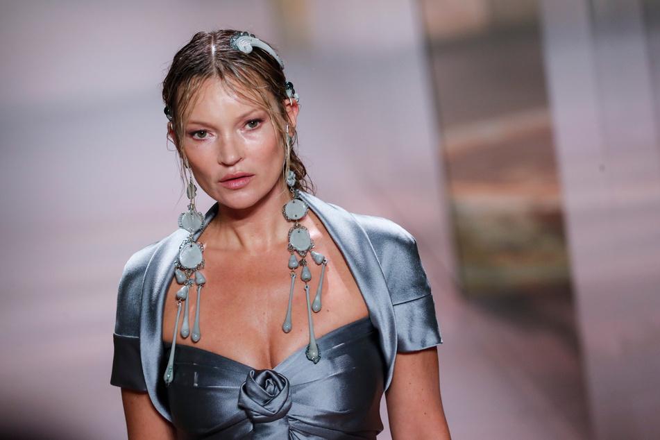 Modelt immer noch: Kate Moss (47) präsentiert eine Kreation für die Frühjahr-Sommer-Kollektion 2021 von Fendi während der Pariser Haute Couture Fashion Week 2021. Ihr Schatten scheint Lottie Moss zu überragen.