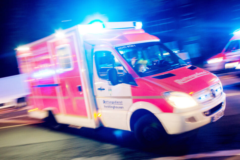 Baby schwebt nach Unfall auf Autobahn in Lebensgefahr, Mutter schwer verletzt