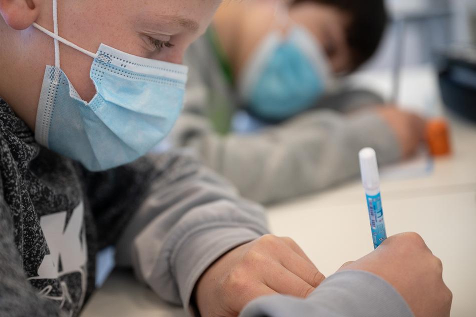 Schüler mit Mund- und Nasenschutz arbeiten in einer siebten Klasse einer Gemeinschaftsschule.