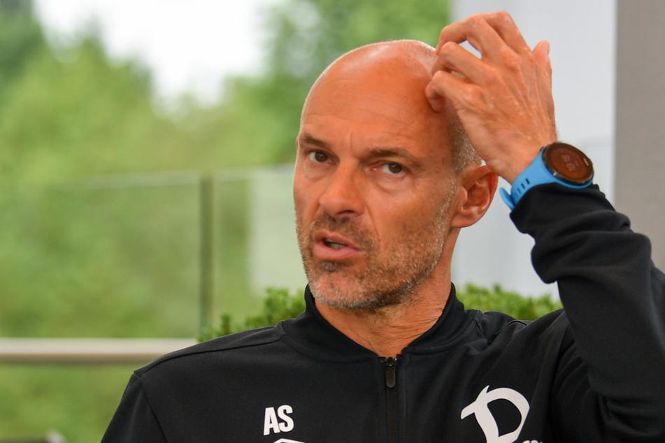 Dynamo-Coach Alexander Schmidt beim Gespräch mit TAG24: Mal zeigte er sich überlegend, mal erklärend, mal skeptisch, aber auch lächelnd.