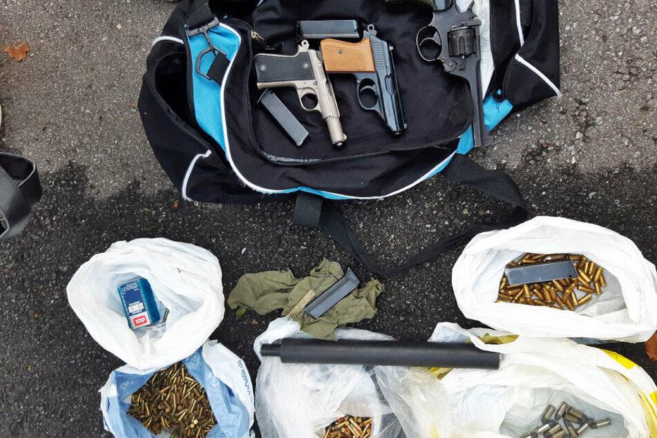 Während der Razzia wurden auch Betäubungsmittel und drei Waffen mit knapp 800 Schuss Munition im Erzgebirge gefunden.