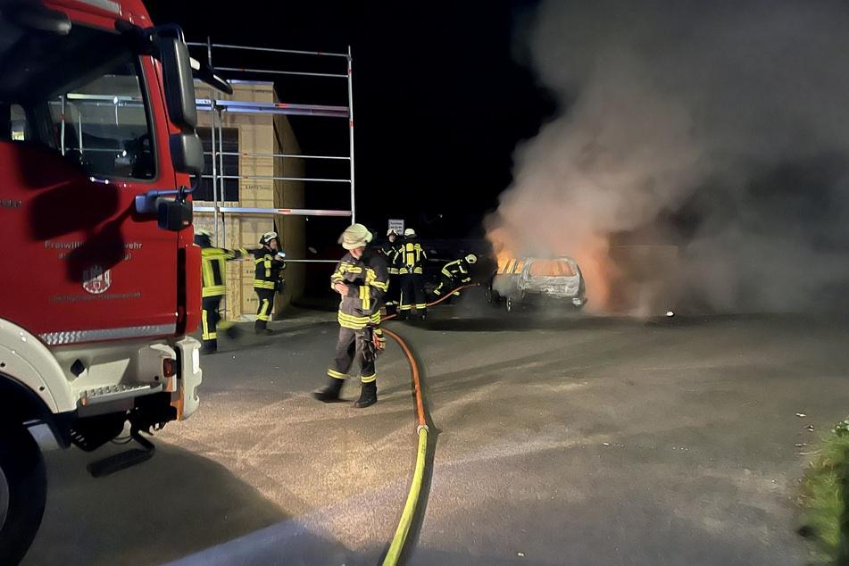 In Hennef haben Unbekannte zum zweiten Mal innerhalb kurzer Zeit ein Schrottauto der Feuerwehr für Übungseinsätze angezündet.