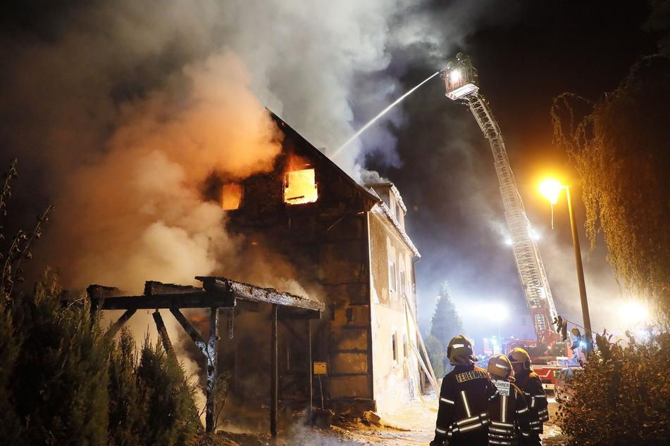 Die Carport-Brandstiftungen (hier in Röhrsdorf) hielten die Feuerwehr 2020 in Atem.