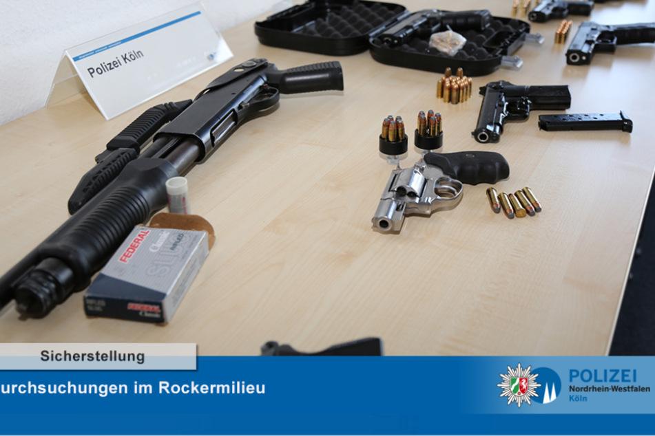"""Im Rahmen einer Razzia gegen mutmaßliche Mitglieder der """"Hells Angels"""" in Köln und Rösrath beschlagnahmte die Kölner Polizei insgesamt acht Waffen."""