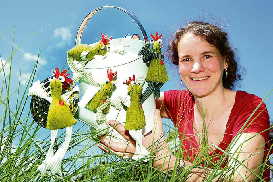 Cornelia Töpfer (44) füllt die Stofftiere mit wohlriechenden Blüten.