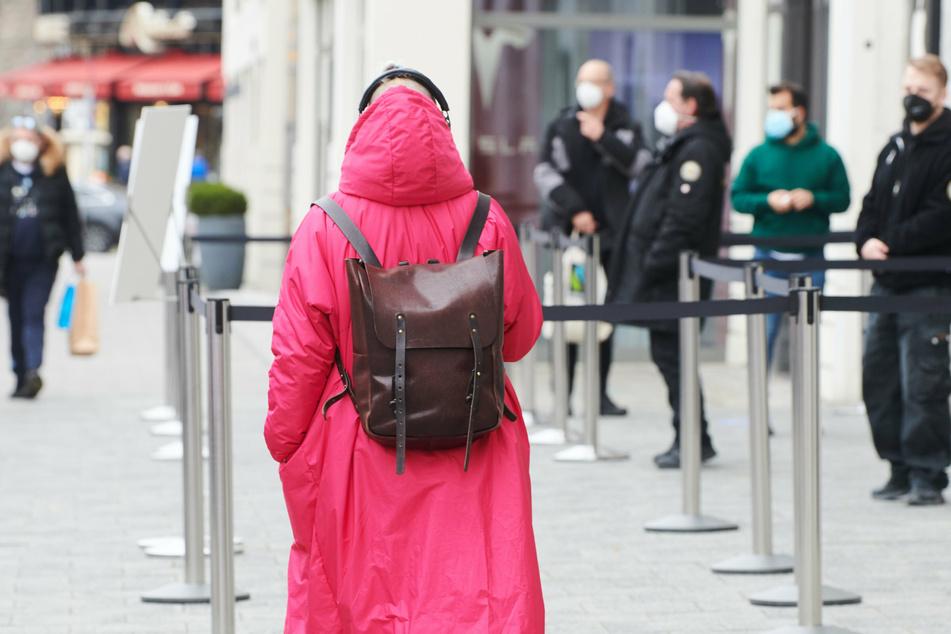 Eine Frau geht am Kuhdamm entlang.