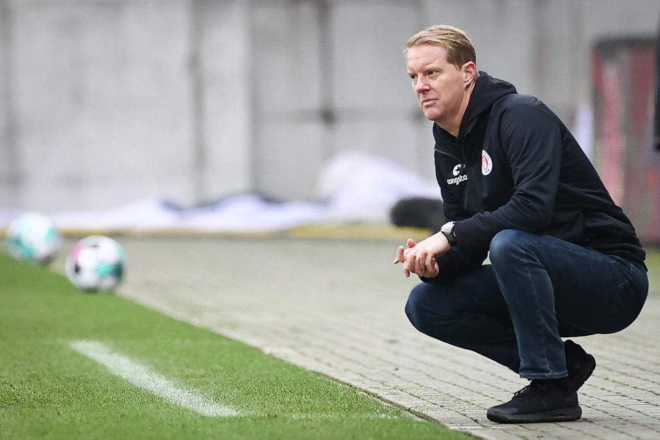 Timo Schultz (43), Trainer des FC St. Pauli, sieht den kommenden Gegner Holstein Kiel gegenüber den Kiezkickern im Vorteil und will in einigen Punkten aufholen. (Archivfoto)