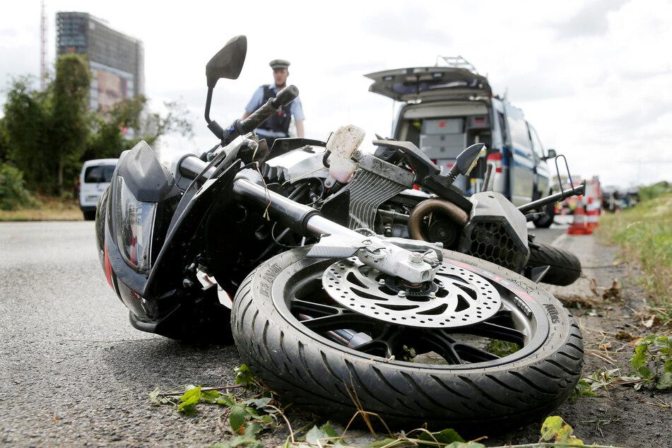 Ein Motorrad liegt nach einem Unfall auf der Straße. (Symbolbild)