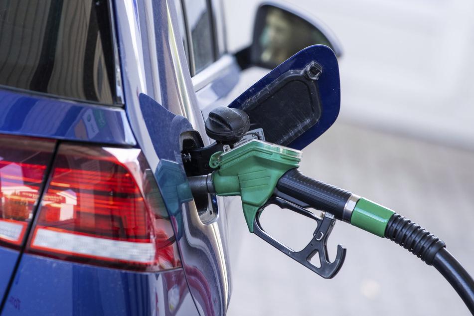 Solange die meisten Autos noch mit Sprit fahren, sind die Kraftstoffpreise für viele Menschen relevant.