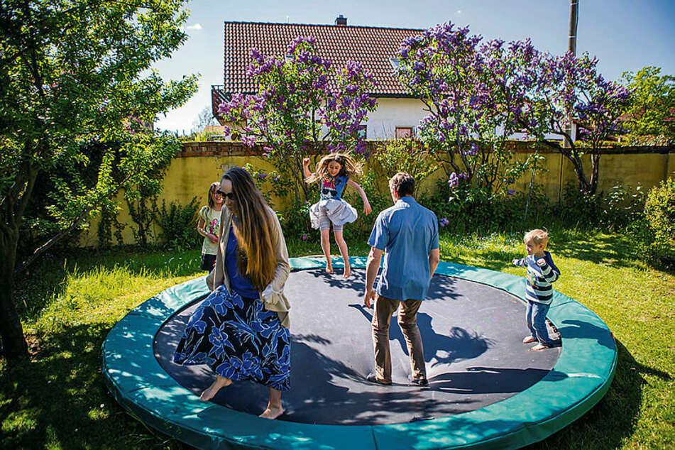 """""""Je mehr Kinder wir hatten, desto weniger Spielsachen brauchten wir"""": Zum Glück konnte die kinderreiche Familie in der Quarantäne im Garten auf dem Tramplin toben."""