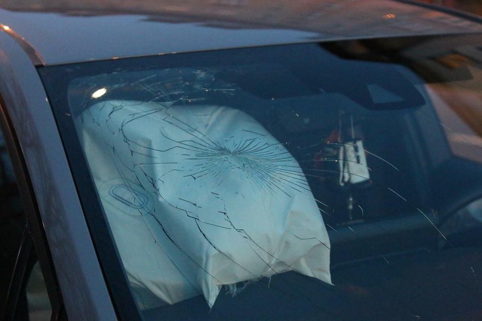 Bei einem Unfall auf der Leipziger Georg-Schumann-Straße am Mittwochabend ist eine 55 Jahre alte Beifahrerin schwer verletzt worden.
