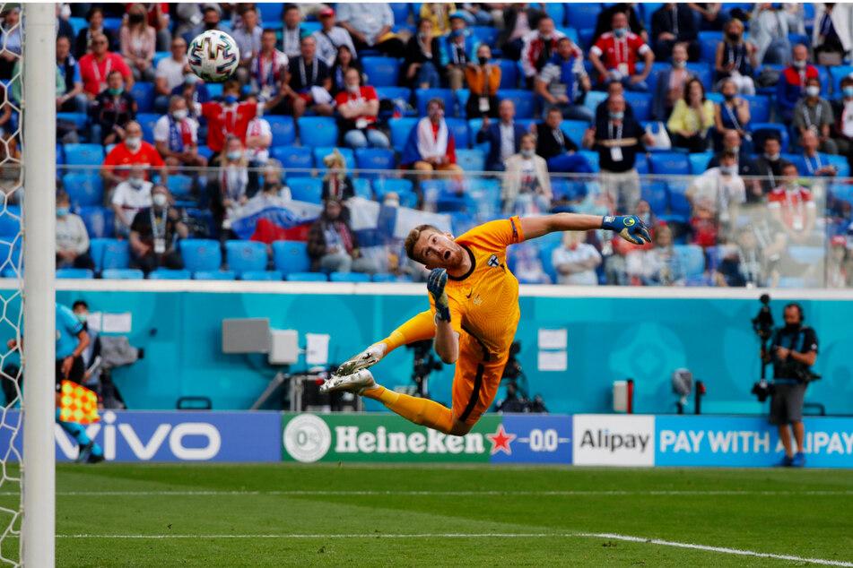 Der finnische Keeper Lukas Hradecky, im Verein bei Bayer 04 Leverkusen aktiv, kann dem wunderschönen Schlenzer von Aleksey Miranchuk nur hinterhergucken.