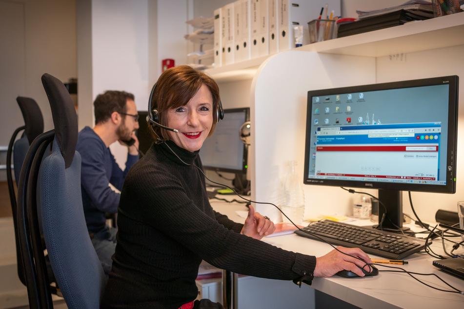 Elke Herfert, Leiterin des Corona Call Centers der Ehrenamtsagentur der AWO Frankfurt, vermittelt Stellen für ehrenamtliches Engagement.