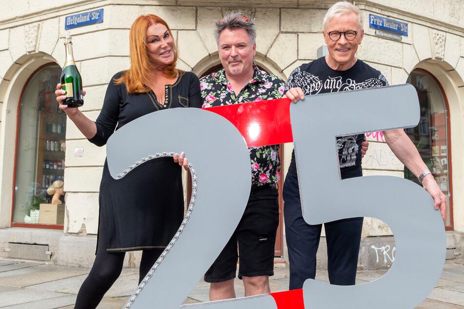 Theaterchefin Zora Schwarz und Gastronom Wolle Förster (66, r.) gratulieren Holger Knievel (55) zum 25. Salon-Geburtstag.