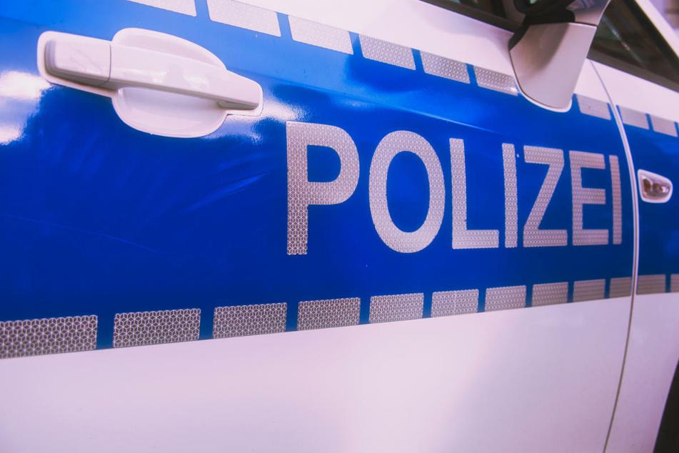 Opel kracht gegen Baum und fängt Feuer: Fahrer verbrennt vor Zeugen am Unfallort