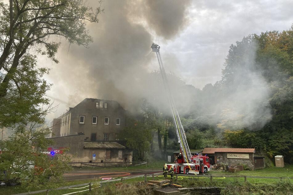 An der B107 zwischen Garnsdorf und Auerswalde steht ein Wohnhaus in Flammen.