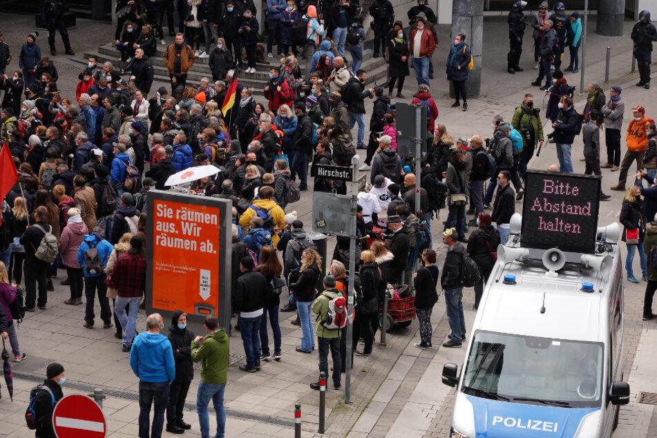 Stuttgart: Verbotener Corona-Protest in Stuttgart spitzt sich zu, Querdenker-Chef mit Megafon erwischt